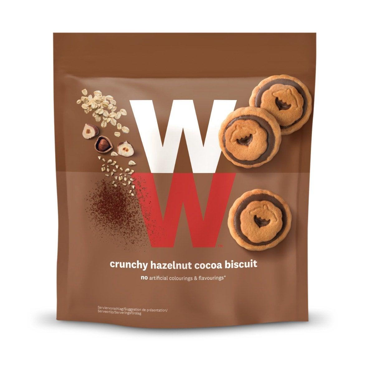 WW Kekse mit Kakao-Haselnusscreme-Füllung, Vorderseite der braunen Verpackung mit WW Logo und Keksen