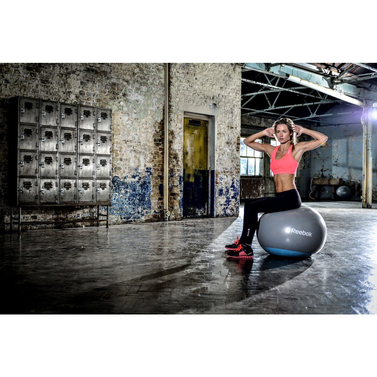 Reebok Ballon de gymnastique en caoutchouc bleu et gris , Femme en plein sport 2