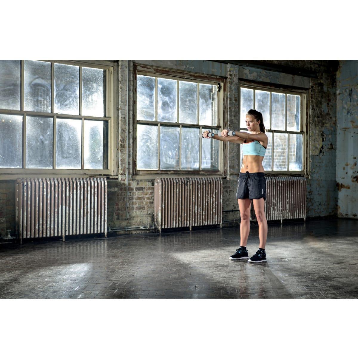 Reebok Paire d'haltères gris 0,5 kg Soft-Grip, Femme en plein sport 2
